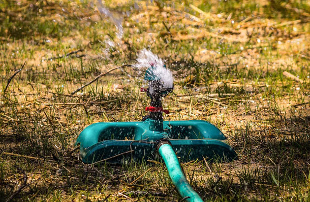 lawn sprinkler with extendable hose